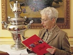 Russische Literatur bei Tee vom Samowar